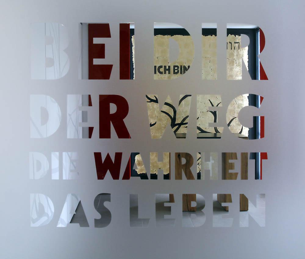 Türglasgestaltung - Blick durch die Buchstaben auf den Inneraum